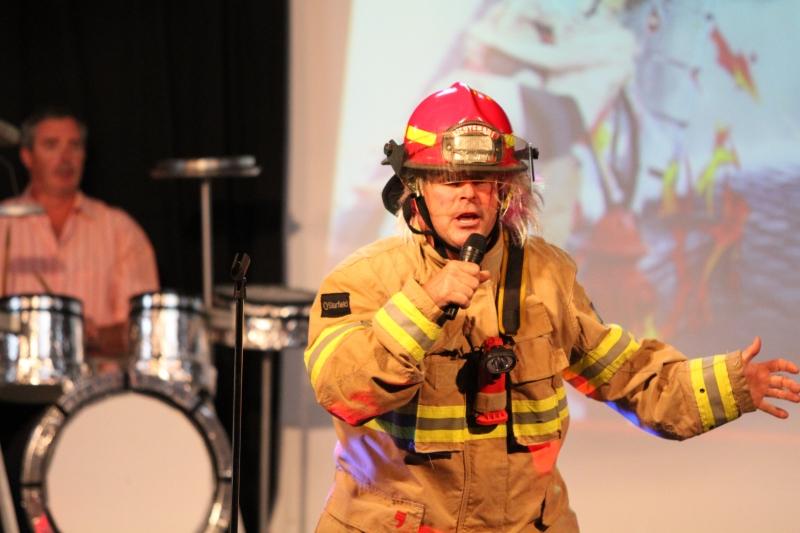 La salle est en feu...par chance nous avons un pompier